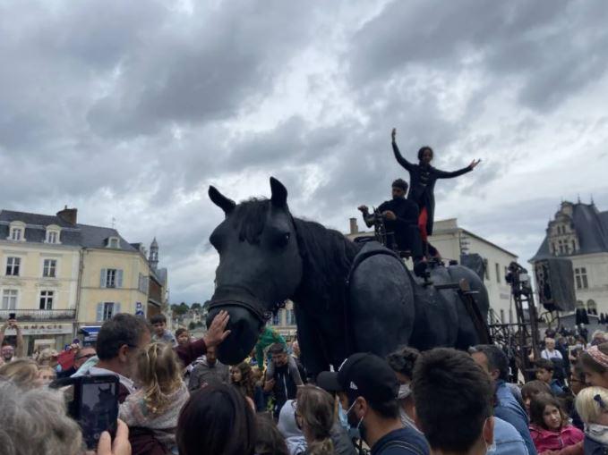 À Laval, un cheval marionnette géant a séduit les spectateurs